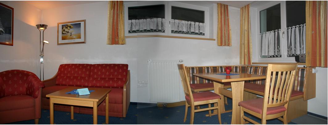 gemütlicher Wohnraum in der Ferienwohnung in der Dorf-Alm